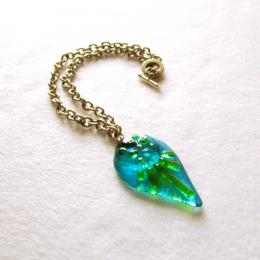 Collana con pendente azzurro e verde