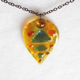 Ciondolo giallo con gocce e triangoli