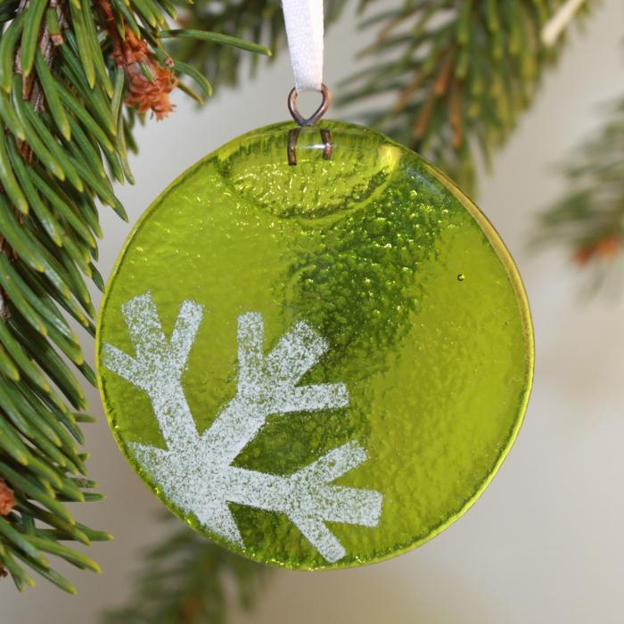 Tondo verde chiaro con fiocco di neve in positivo