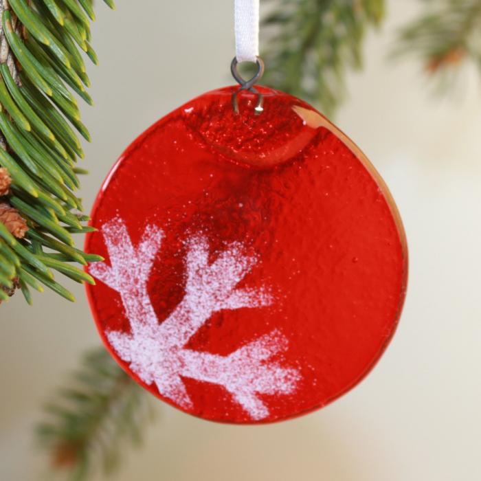 Tondo rosso con fiocco di neve in positivo