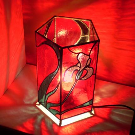 Lampada da tavolo pentagonale rossa