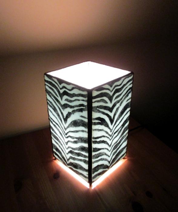 Lampada da tavolo zebrata
